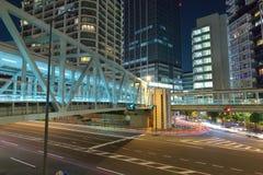 La luce di traffico di veicoli trascina al quadrato di città urbano Immagine Stock Libera da Diritti