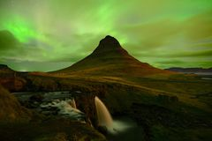 La luce nordica alla montagna Kirkjufell Islanda Fotografia Stock Libera da Diritti