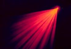 La luce rossa dai riflettori attraverso il fumo al teatro durante la prestazione Fotografie Stock Libere da Diritti