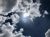 La luce solare attraverso cielo blu e la nuvola immagini stock libere da diritti