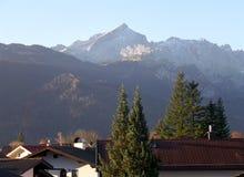 La luce solare bavarese della montagna delle alpi di mattina, vista da Garmisch-Partenkirchen Immagini Stock