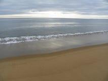 La luce solare chiazza la spiaggia sabbiosa al tramonto su Plum Island Immagini Stock Libere da Diritti