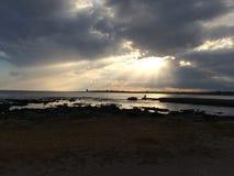 La luce solare in mezzo alle nuvole fotografie stock