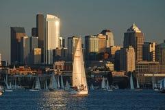 La luce solare riflessa illumina la corsa della barca a vela Immagine Stock Libera da Diritti