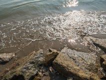 La luce solare riflette con acqua e la sabbia Immagini Stock Libere da Diritti