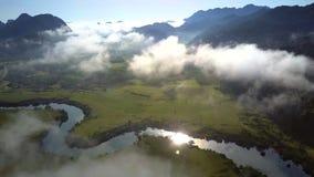 La luce solare riflette in fiume che curva fra il paesaggio archivi video