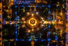 La luce sulla rotonda della strada alla notte e la città in Bangk fotografia stock libera da diritti