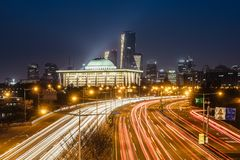 La luce trascina dai veicoli sull'autostrada alla notte Seoul, Corea fotografia stock libera da diritti