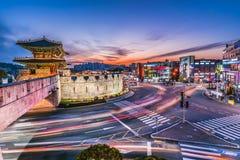 La luce trascina dai veicoli sull'autostrada alla notte Seoul, Corea immagini stock