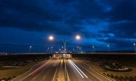 La luce trascina dalle automobili rapide su una strada principale Immagini Stock Libere da Diritti