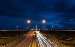 La luce trascina dalle automobili rapide su una strada principale Fotografia Stock Libera da Diritti