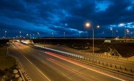 La luce trascina dalle automobili rapide su una strada principale Fotografie Stock Libere da Diritti