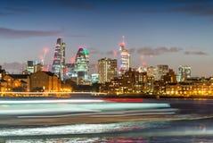 La luce vaga del traghetto trascina con l'orizzonte della città di Londra, vista di notte fotografie stock libere da diritti