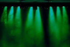 La luce verde dai riflettori attraverso il fumo nel teatro durante la prestazione Fotografia Stock