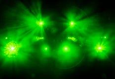 La luce verde dai riflettori attraverso il fumo nel teatro durante la prestazione Immagine Stock Libera da Diritti