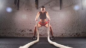 La lucha apta de la cruz ropes en el ejercicio del entrenamiento del gimnasio Cámara lenta almacen de metraje de vídeo
