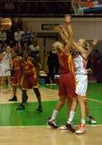 La lucha para la bola. Euroleague 2009-2010. Imagen de archivo libre de regalías
