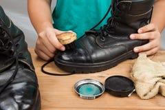 La lucidatura della persona uomini consumati inizializza la scarpa Fotografia Stock Libera da Diritti
