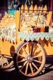 La lucidatura tradizionale ha fumato il oscypek del formaggio sul mercato all'aperto in Zakopane Fotografia Stock