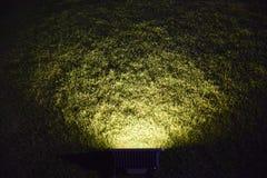 La lueur abstraite de projecteur avertissent la lumière sur le verre image libre de droits
