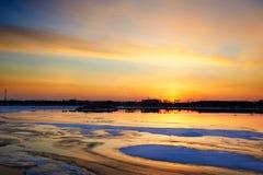 La lueur de clairière et de coucher du soleil de glace photos libres de droits