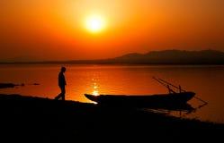 La lueur de coucher du soleil a teinté le ciel rouge Image stock