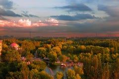 La lueur du coucher de soleil du paradis de gisement de pétrole Photos libres de droits