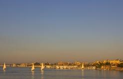 La lueur intense sur le Nil avant le soleil place images stock