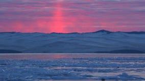 La lueur par derrière les montagnes au lever de soleil/au coucher du soleil clips vidéos
