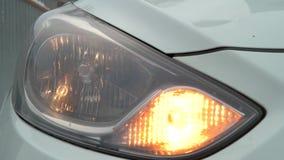 La lumière avant de clignoteur clignote voiture jaune banque de vidéos