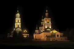 La lumière brille dans l'obscurité Cathédrale de Kazan et la tour de cloche du monastère de Diveevo la nuit Photos libres de droits