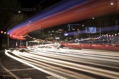 La lumière colorée de véhicule traîne à la rue de Soeul Photos stock