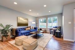 La lumière confortable a rempli espace vital accentué de murs bleus chauds Photo libre de droits