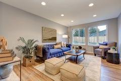 La lumière confortable a rempli espace vital accentué de murs bleus chauds Images stock