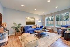 La lumière confortable a rempli espace vital accentué de murs bleus chauds Photos stock