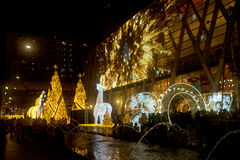 La lumière décorent beau sur la célébration 2017 d'arbre de Noël Images stock