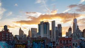 La lumière de coucher du soleil brille derrière les bâtiments de l'horizon inférieur de Manhattan à New York City photos libres de droits