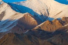 La lumière de coucher du soleil illumine la gamme de montagne de mise en couches chez Leh Ladakh, Inde photos libres de droits