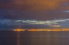 La lumière de l'usine chimique Photographie stock libre de droits