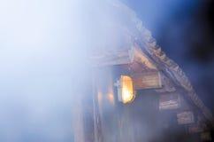 La lumière de la lanterne sur la vieille maison Photographie stock libre de droits
