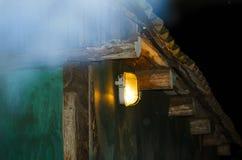 La lumière de la lanterne sur la vieille maison Photo libre de droits