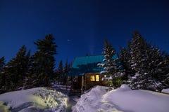 La lumière de la maison en Sibérie neigeuse Images libres de droits