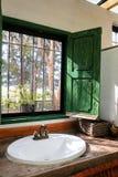 La lumière de matin brille par les fenêtres vertes de vintage Photographie stock libre de droits