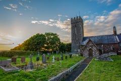 La lumière de soirée tombe sur l'église de St Petrox, Pembrokeshire Images libres de droits