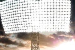 La lumière de Stadion dans l'obscurité opacifie le coucher du soleil Image libre de droits
