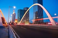 La lumière de voiture de route de poutre de pont d'arc traîne le paysage de nuit de ville photos stock