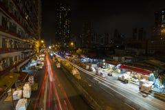 La lumière de voiture traîne sur le marché de Yau Ma Tei Wholesale Fruit la nuit Images libres de droits