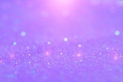 La lumière doucement violette ou pourpre de bokeh est les cercles brouillés par doux de photos libres de droits