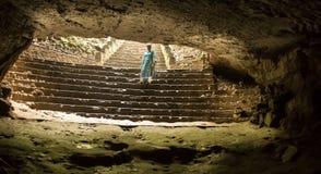 La lumière du jour clignotent brillamment dans l'obscurité de caverne du trou en haut des chambres fortes de caverne, par l'espac Photo stock