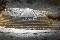 La lumière du jour clignotent brillamment dans l'obscurité de caverne du trou en haut des chambres fortes de caverne, par l'espac Photographie stock libre de droits